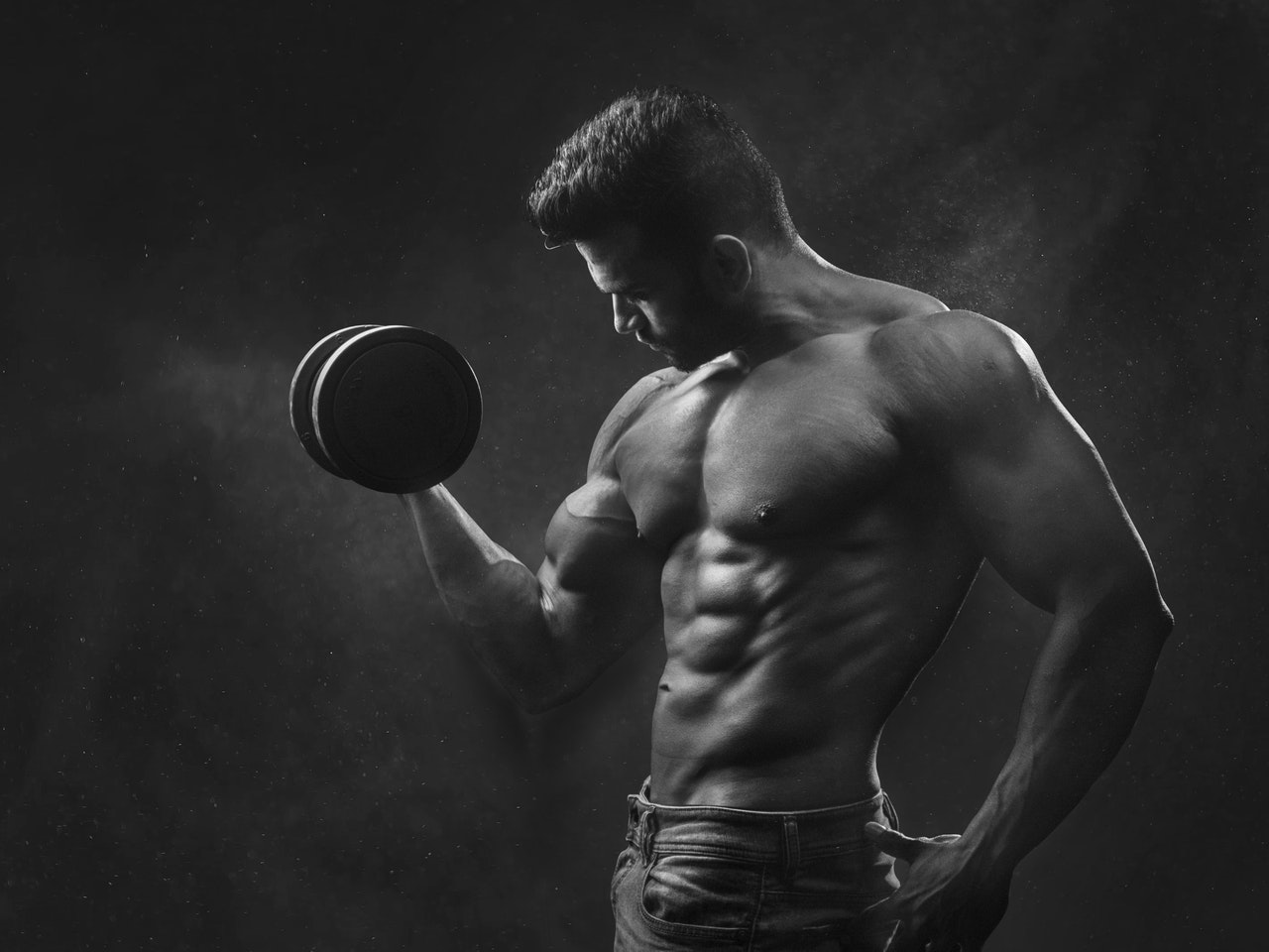 Trening z wolnymi ciężarami kontra trening kalisteniczny